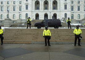 Un hombre fuertemente armado es arrestado cerca del Capitolio de EEUU