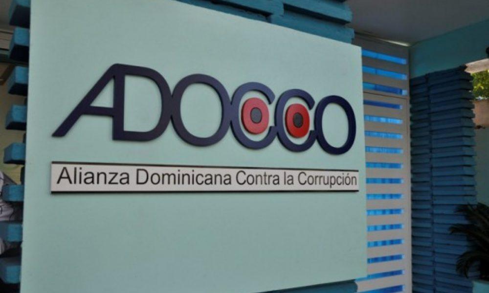 ADOCCO denuncia festival de procedimientos de urgencia para compras en los Comedores Económicos por RD$1,200 millones