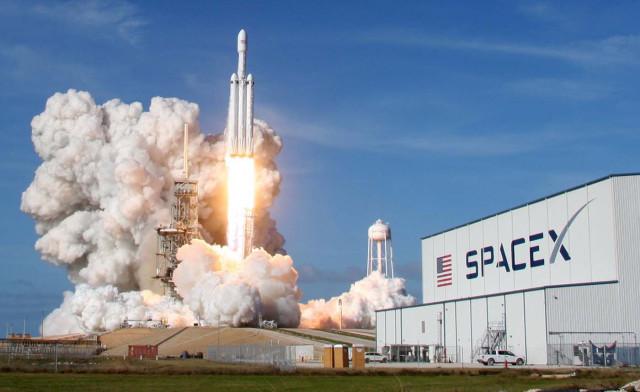 Cohete de SpaceX despliega una carga récord de satélites