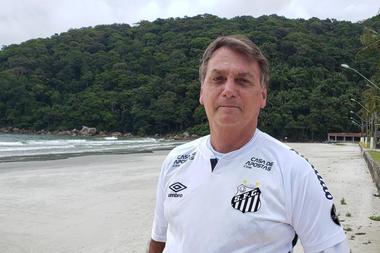 VIDEO | Presidente de Brasil visita playa y nada con bañistas a pesar de la pandemia