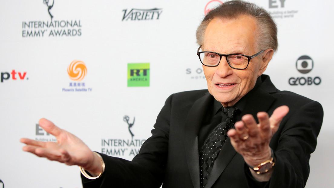 El presentador Larry King ha sido hospitalizado tras contraer covid-19