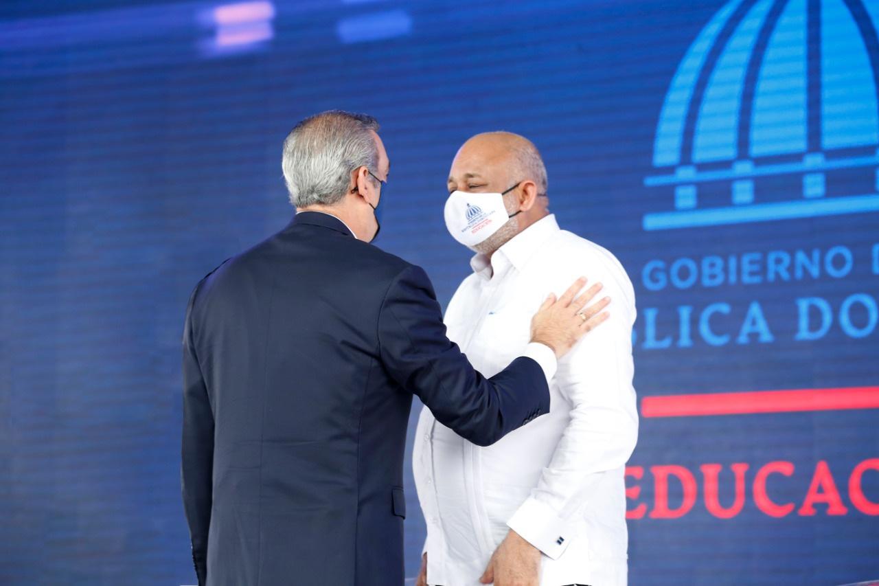 Presidente Luis Abinader felicita a Roberto Fulcar