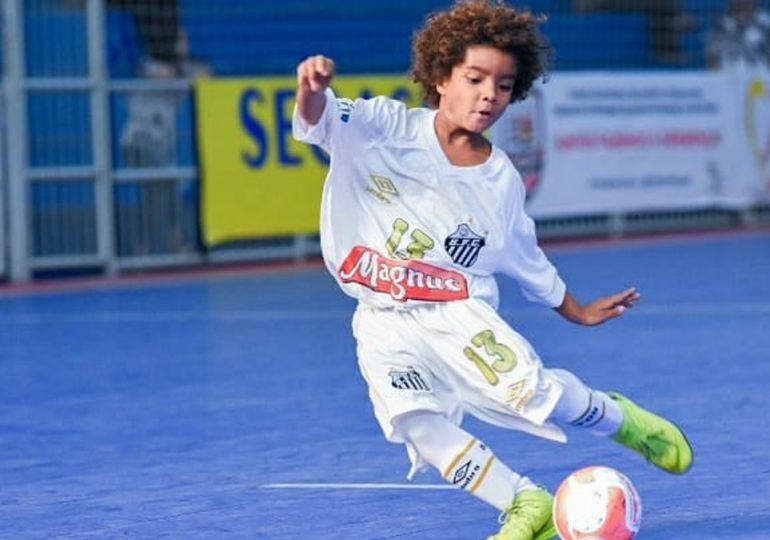 Futbolista brasileño de ocho años firma contrato con Nike