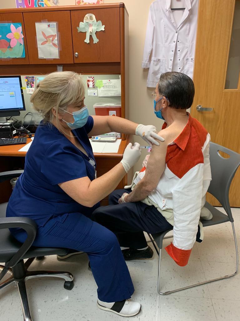 Amable Aristy se vacuna contra el Covid-19
