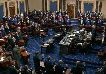 Mayoría de senadores republicanos votan en contra del juicio a Trump