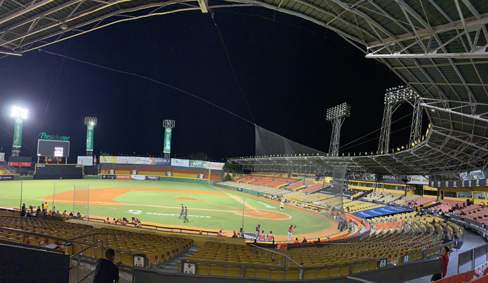 Apagón interno en estadio del Cibao detiene partido Águilas vs Toros