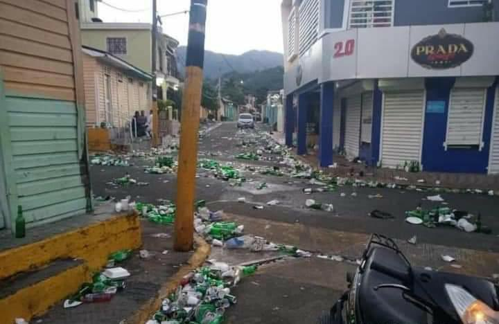 Calles de Azua repletas de desperdicios tras fiesta de fin de año es tendencia en redes sociales