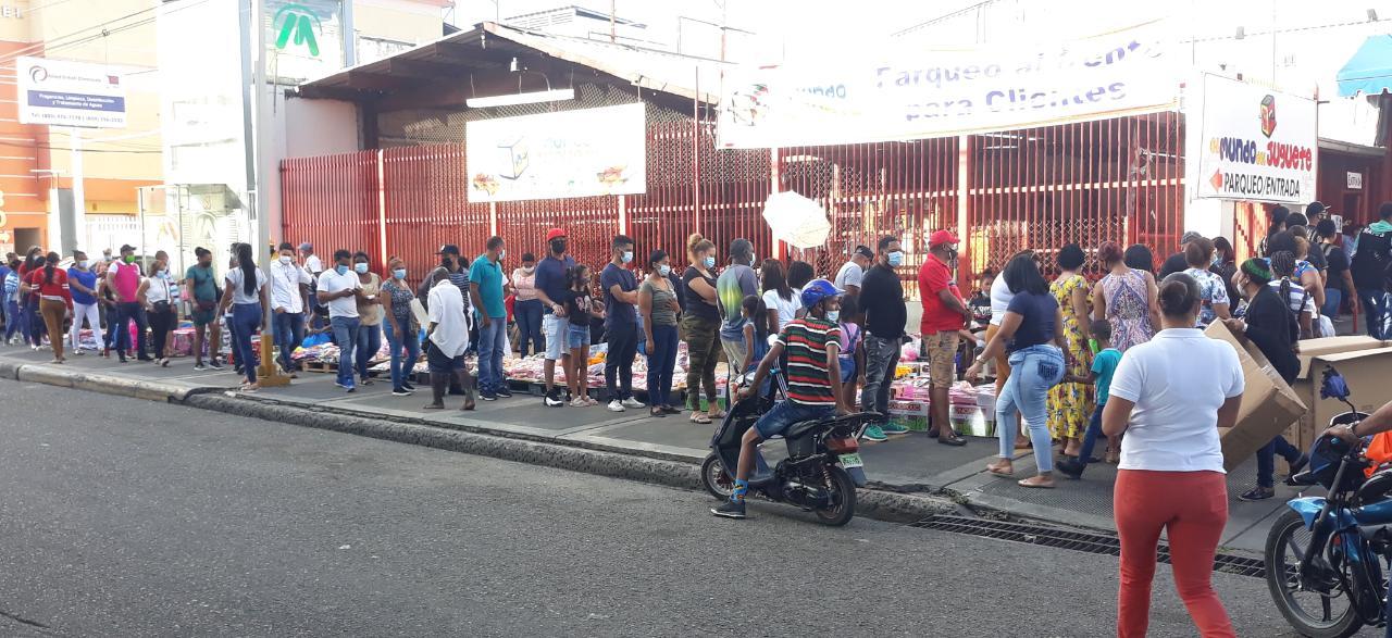 Este lunes adultos hacen filas desde temprano para comprar juguetes