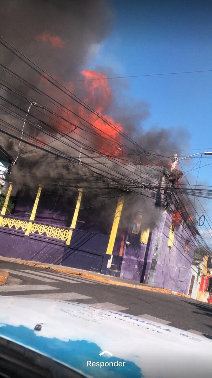 En llamas sede del PLD en Santiago
