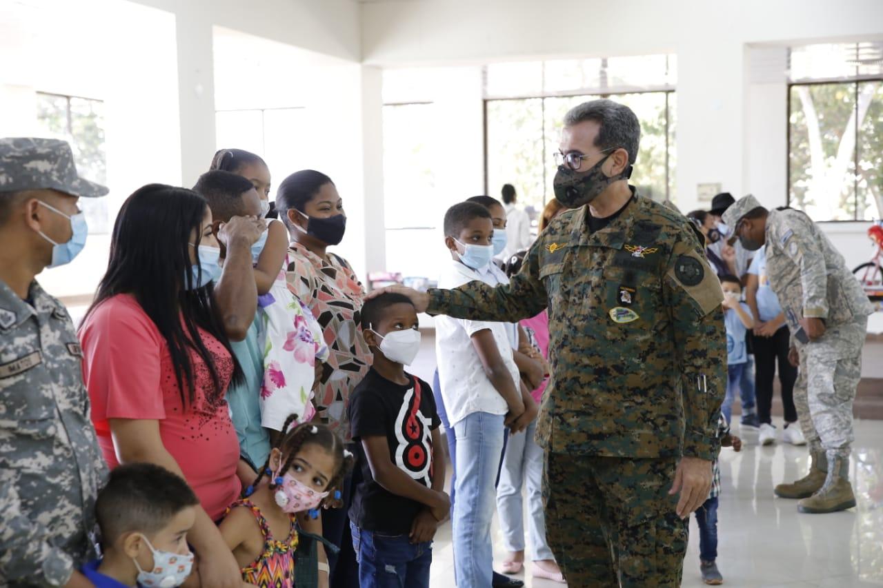 Con motivo de Reyes Magos ADEOFA entrega juguetes a hijos de miembros de las FF.AA.
