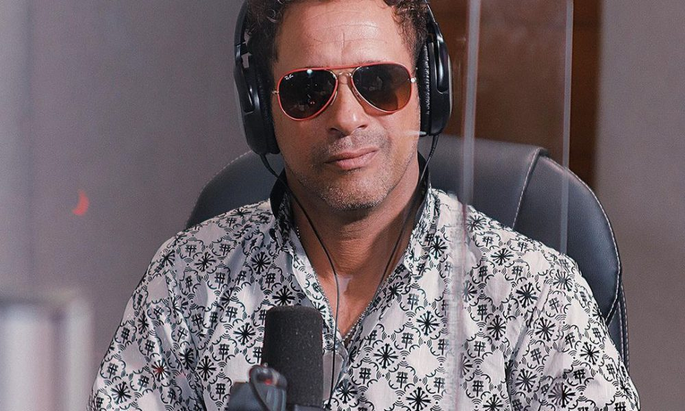 Alofoke Radio entrega reconocimiento a Carlos Silver