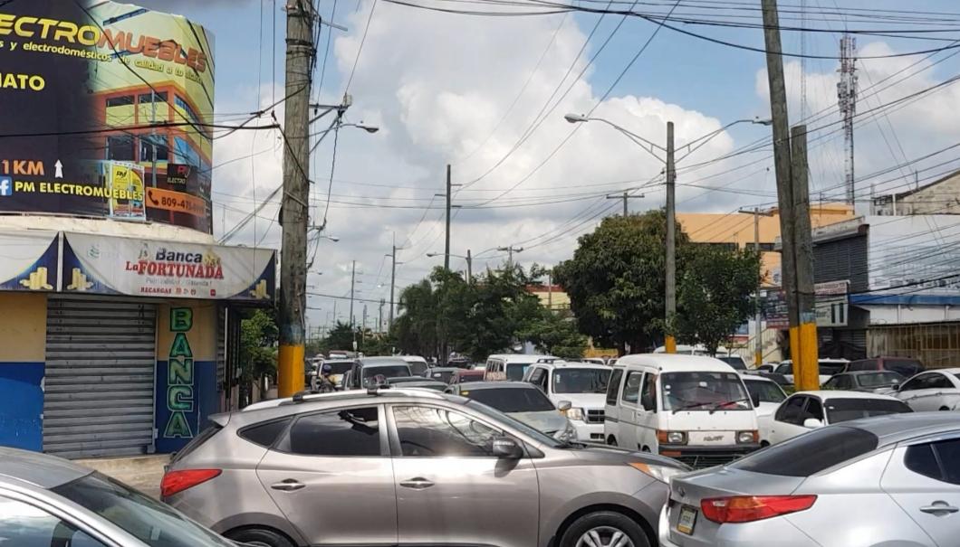 VIDEO | Toque de queda inicia con el tránsito congestionado en Santo Domingo