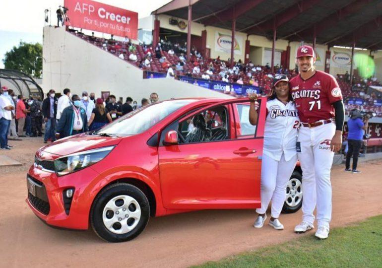 El MVP Ronald Guzmán recibe un carro del año por Fenapepro