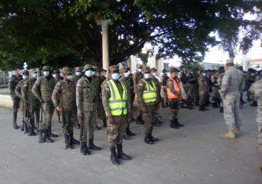 FF.AA. en operativo militar detienen 34 personas por violentar toque de queda en San Cristóbal