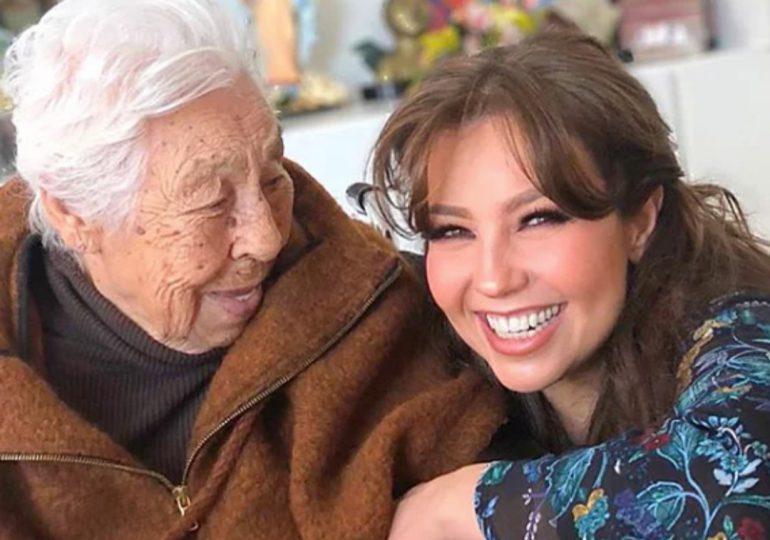 Thalía pide oración por la salud de su abuela de 103 años