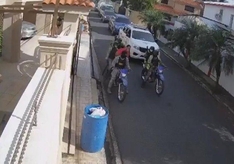"""Usuarios consideran exageración de la policía """"apresamiento a hombre que salió a botar la basura"""""""