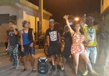 VIDEOS | Fanáticos desafían toque de queda y celebran Corona 22 de las Águilas Cibaeñas