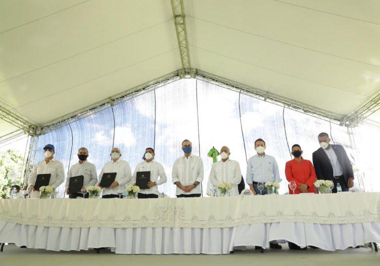 Gobierno firma acuerdo en Moca para mejorar canasta familiar