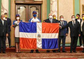 Abinader entrega Bandera Nacional a Águilas Cibaeñas; jugarán en la Serie del Caribe