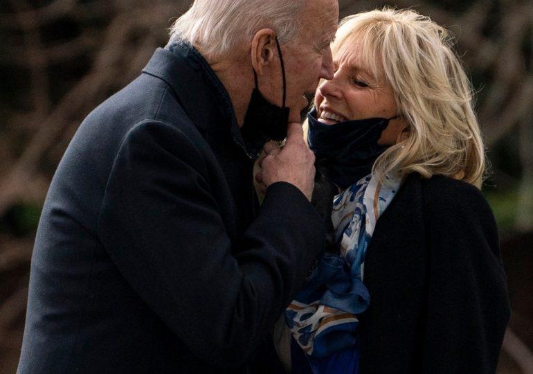 El presidente Biden besa a la primera dama frente a la prensa