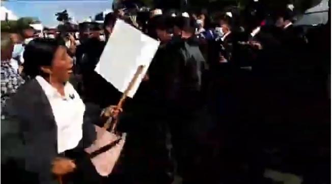VIDEO | Abogados se enfrentan frente a la Suprema y mujer amenaza con cuchillo