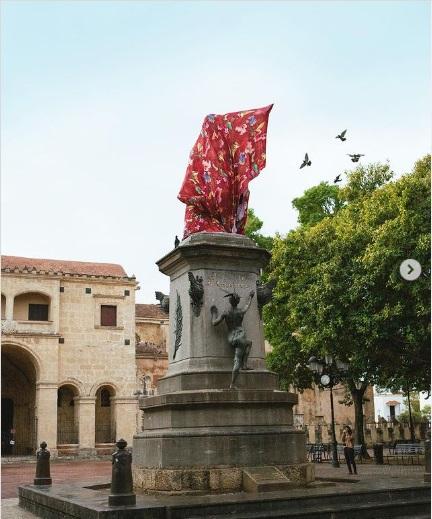 Encubren estatua de Colón de la Zona Colonial