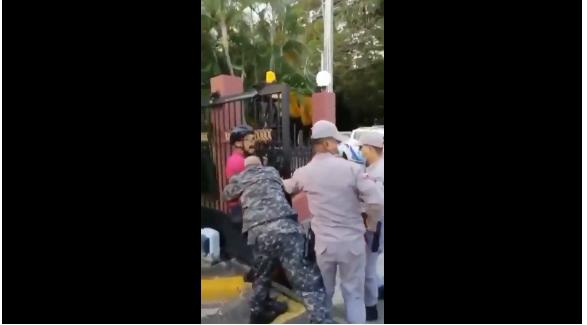VIDEO | Confrontación entre ciclista y policías viraliza las redes sociales en el país