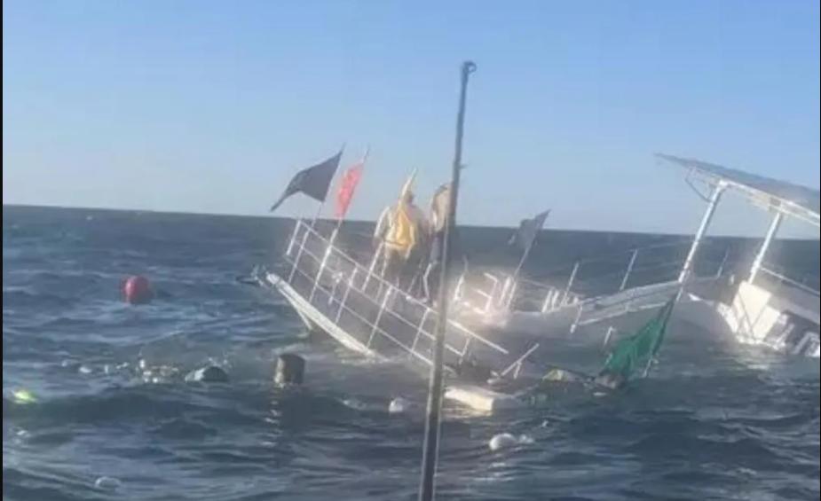 VIDEO | Momento en que una embarcación se hunde con 60 turistas en México