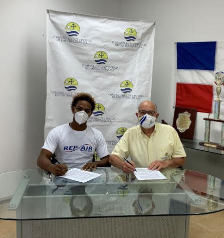 Compañía de Luz de las Terrenas firma patrocinio con la estrella del kitesurf Lorenzo Calcaño
