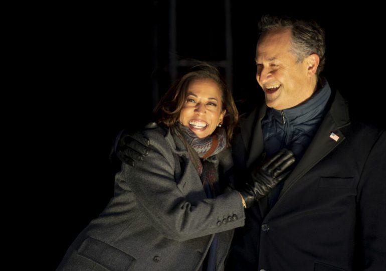 La historia de amor de la vicepresidenta Kamala Harris y su esposo Doug Emhoff