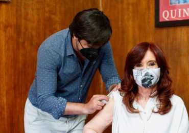 Vicepresidenta argentina recibe vacuna Sputnik V contra covid-19