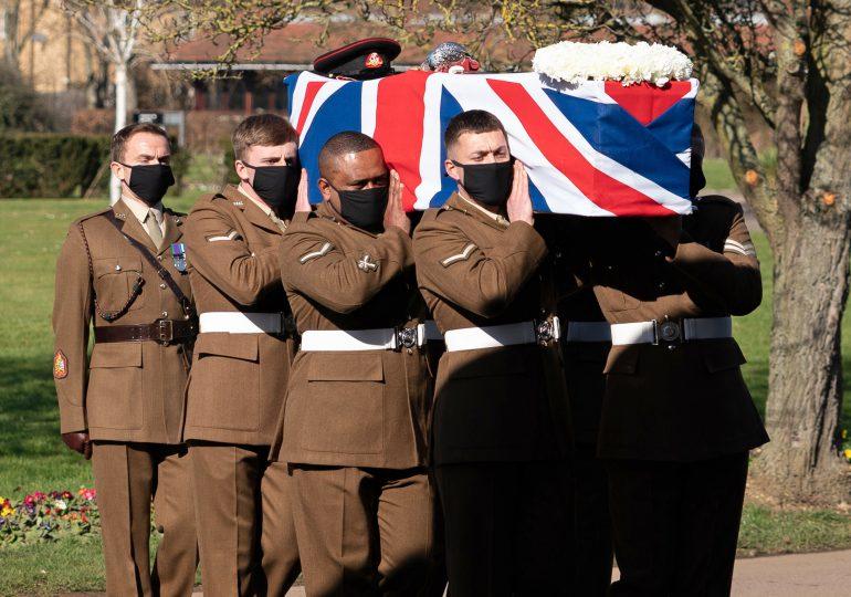 """Reino Unido rinde un último homenaje a su héroe, el """"capitán Tom"""""""