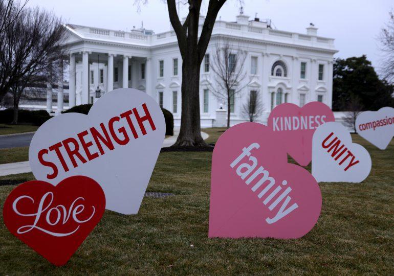 Jill Biden decora la Casa Blanca con corazones y mensajes por San Valentín