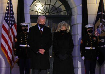 Momento de silencio en la Casa Blanca para recordar  500,000 muertes por COVID-19 en EE.UU