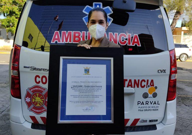 Grupo Rizek y PARVAL Puesto de Bolsa reciben reconocimiento en Jarabacoa por labor social