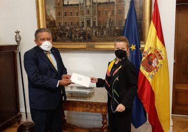 Juan Bolívar Díaz entrega copias de sus Cartas Credenciales como Embajador en España