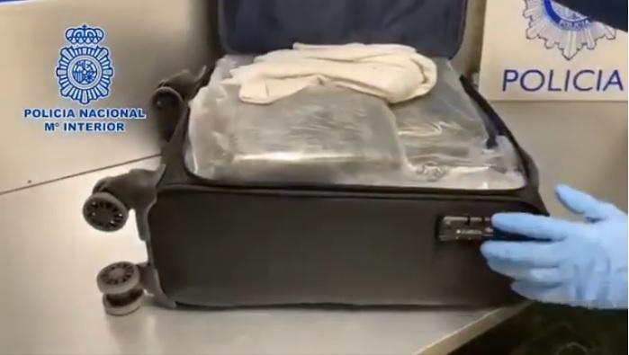 Detienen en aeropuerto de Madrid hombre con más de 15 kilos de cocaína en su maleta