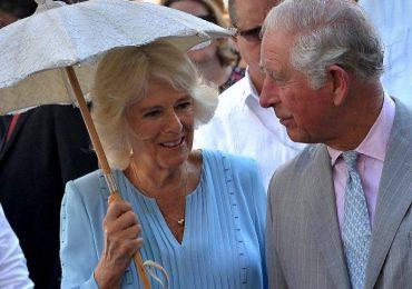 El príncipe Carlos de Inglaterra recibe la vacuna contra el covid-19