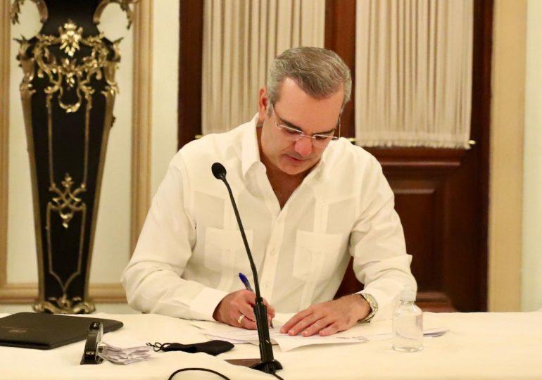 Presidente Abinader se inscribe en la cooperativa de empleados del Palacio Nacional