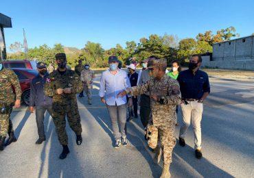 Ministros de Medio Ambiente y Defensa junto a empresarios recorren zona fronteriza en Elías Piña
