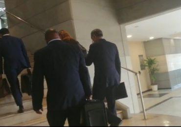 Donald Guerrero llega cargado de documentos a la Procuraduría para continuar interrogatorio