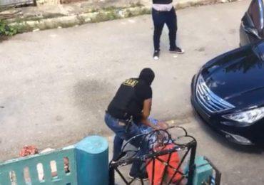 Agentes de la DNCD y PN apresan tres jóvenes en su residencia por razones desconocidas