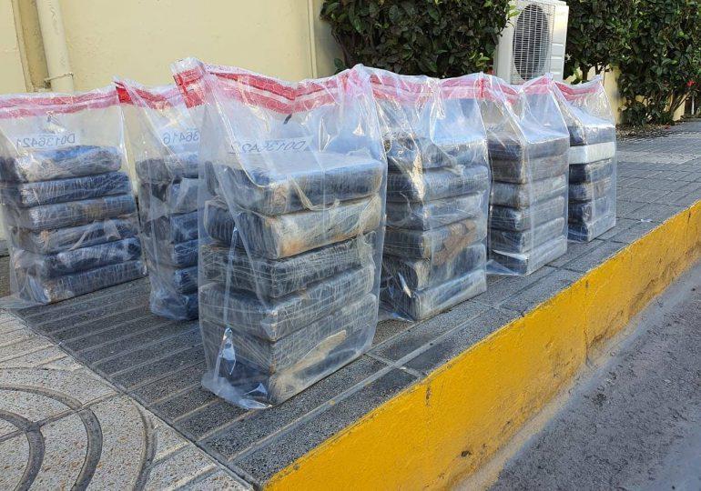 Autoridades decomisan 60 paquetes de presunta cocaína y apresan a cinco personas en SPM