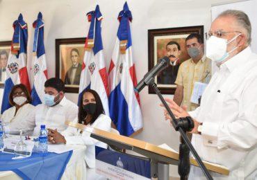 Ministro Ceara Hatton firma carta compromiso en Pedernales y Oviedo