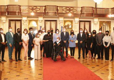 Primera dama recibe a ganadores del Premio Nacional de la Juventud 2021