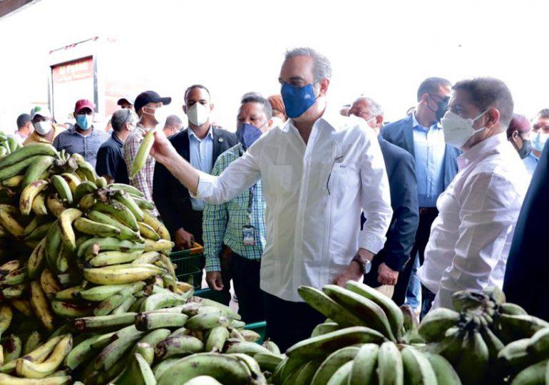 Abinader visita Merca Santo Domingo; dice Gobierno trabaja en equilibrio de precios