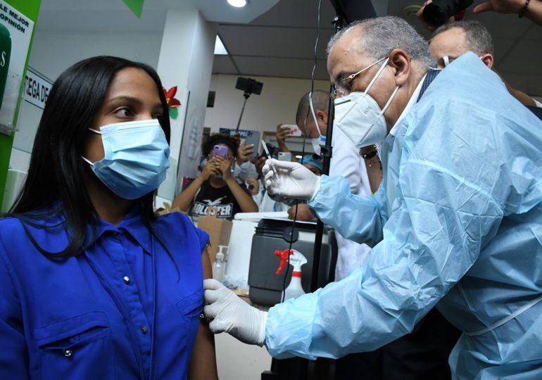 Ministro de Salud vacuna contra covid-19 en Bonao y SFM