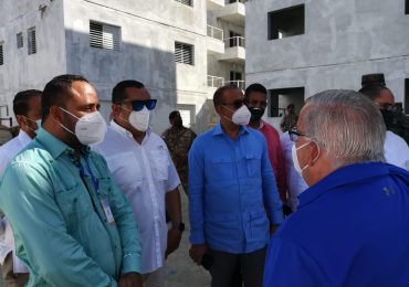 Deligne Ascención supervisa trabajos de construcción en San Juan