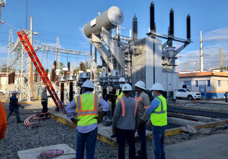 VIDEO  | Brigadas de Edesur trabajan en restaurar servicio eléctrico en algunos sectores de la capital