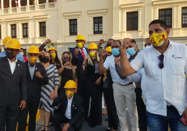 Pedro Botello deja sin efecto llamado a protesta frente al Congreso, tras acuerdo con el Gobierno